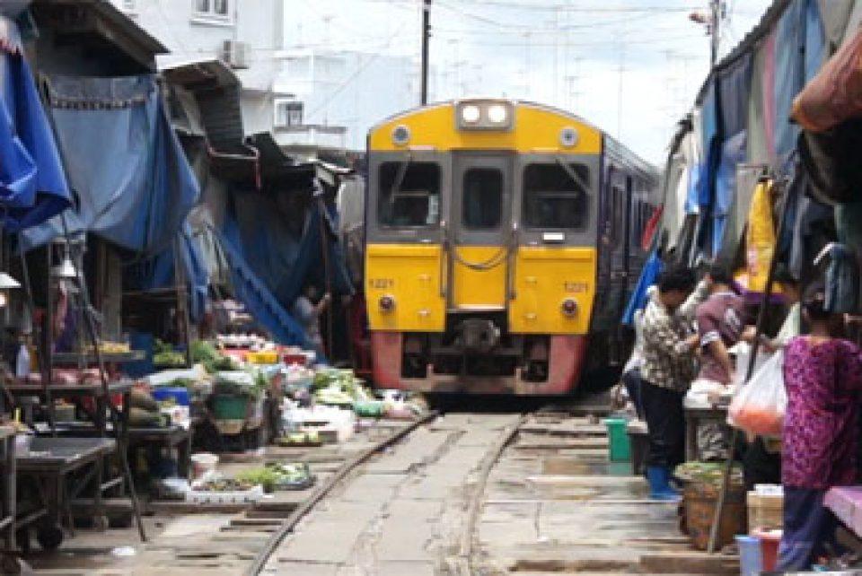 Tren pasando sobre el mercado